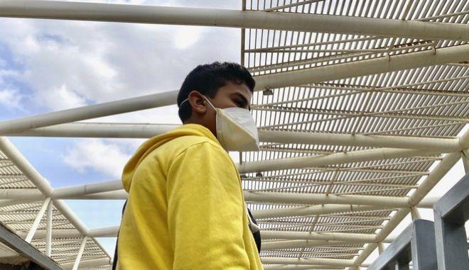 Άνδρας με μάσκα στην Αίγυπτο