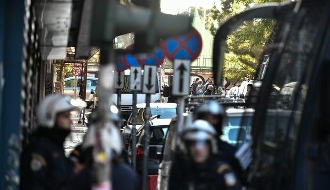 Αστυνομική επιχείρηση για την εκκένωση κτιρίου που τελεί υπό κατάληψη δίπλα στην ΑΣΟΕΕ