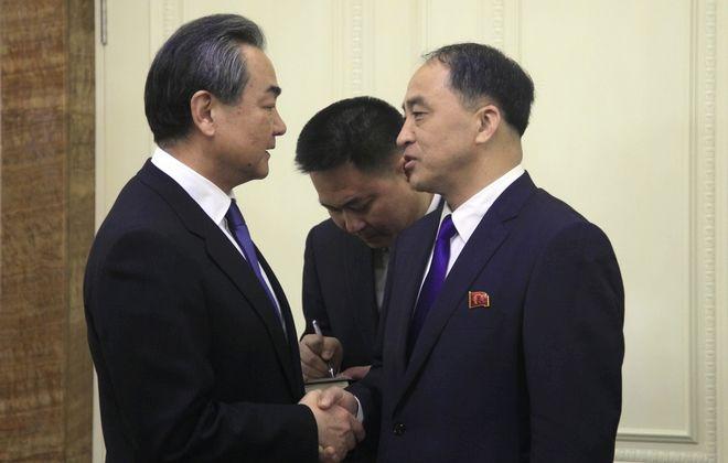 Ο ΥΠΕΞ  της Κίνας Ουάνγκ Γι και ο ΥΠΕΞ της Βόρειας Κορέας Ρι Γιονγκ Χο στην πόλη  Πιονγκγιάνγκ