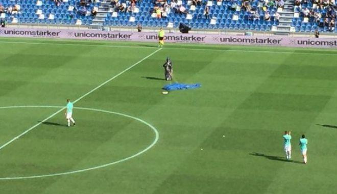 Απίστευτο: Αλεξιπτωτιστής προσγειώθηκε στο γήπεδο κατά τη διάρκεια του αγώνα Σασουόλο - Ίντερ
