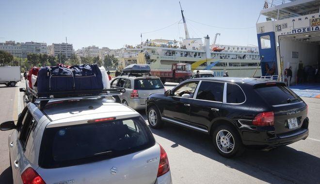 Ξεκίνησε η πασχαλινή έξοδος των εκδρομέων από το λιμάνι του Πειραιά