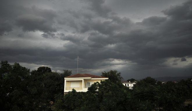 Βροχερός καιρός στην πόλη των Τρικάλων. (EUROKINISSI/ΘΑΝΑΣΗΣ ΚΑΛΛΙΑΡΑΣ)
