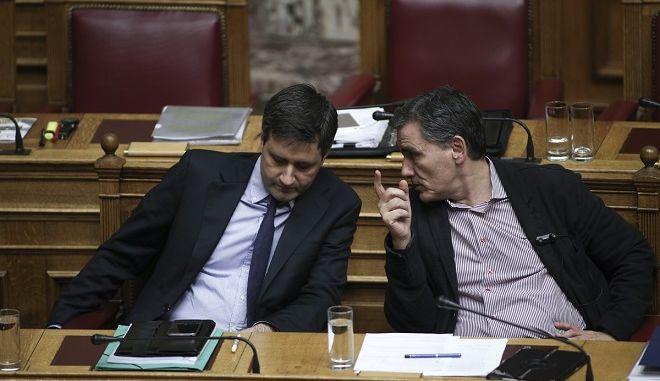 Ο υπουργός Οικονομικών Ευκλείδης Τσακαλώτος και ο αναπληρωτής υπουργός αναπληρωτής Γιώργος Χουλιαράκης