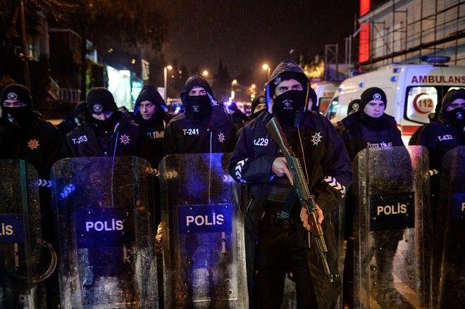 Αστυνομικοί έξω από το κλαμπ Reina