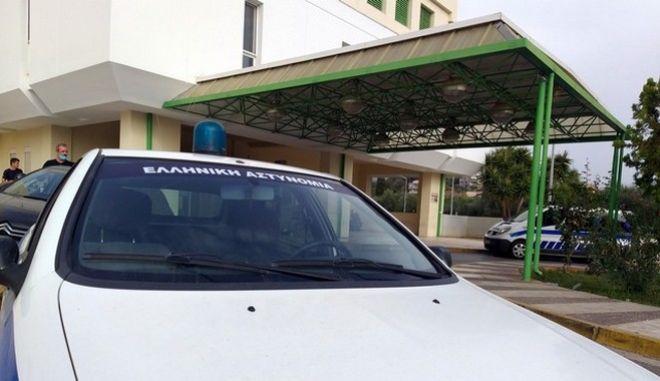 Περιπολικό έξω από το νοσοκομείο Καλαμάτας