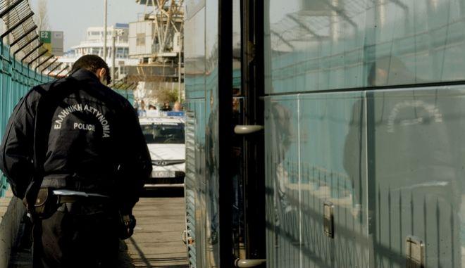 Αστυνομικός ελέγχει πούλμαν που μεταφέρει μετανάστες γα την Ειδωμένη