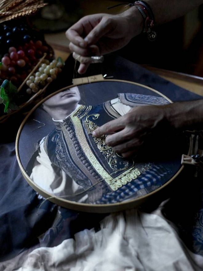 Λεπτομέρεια από το κέντημα της φωτογραφίας που αποτυπώνει την παραδοσιακή φορεσιά του Ι. Μακρυγιάννη