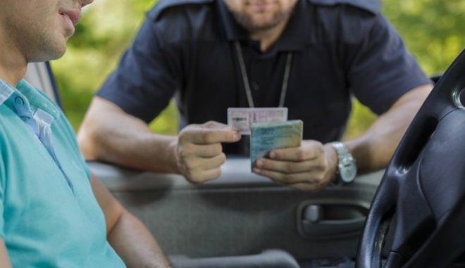 Εξάρθρωση εγκληματικής οργάνωσης για άδειες οδήγησης - 13 συλλήψεις
