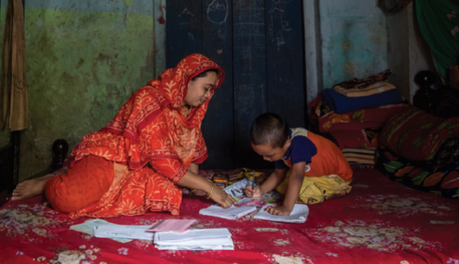 H Sumaya στο σπίτι της μαζί με το μικρότερο από τα παιδιά της.