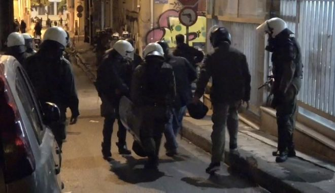 Η στιγμή του ταυματισμού της δικηγόρου από φωτοβολίδα στα Εξάρχεια την παρασκευή 17 Νοεμβρίου 2017, στα επεισόδια μετά την πορεία για την επέτειο της εξέγερσης του Πολυτεχνείου. (EUROKINISSI)
