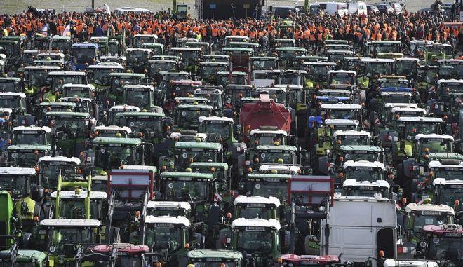 Χιλιάδες αγρότες διαδηλώνουν με τρακτέρ στη Γερμανία