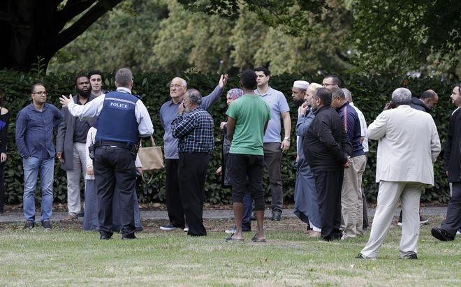 Άνθρωποι στο σημείο της επίθεσης σε τέμενος στη Νέα Ζηλανδία