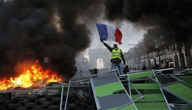 """Επεισόδια σε κινητοποίηση των """"κίτρινων γιλέκων"""" στο Παρίσι"""