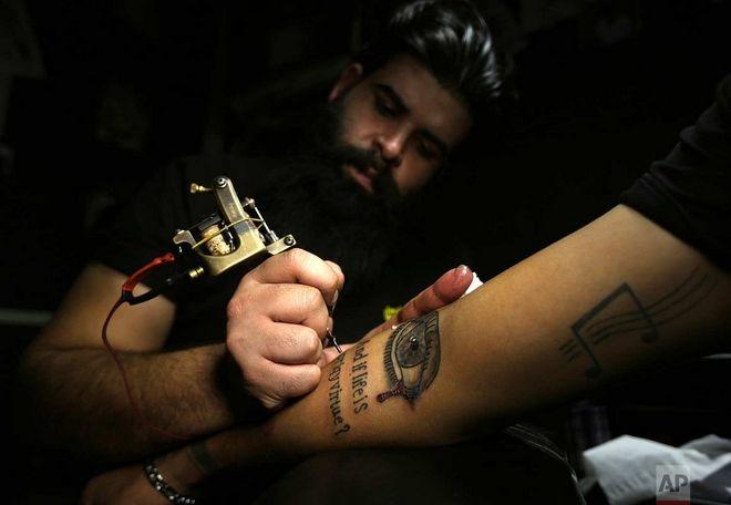 Στιγμιότυπο από στούντιο τατουάζ στη Βαγδάτη