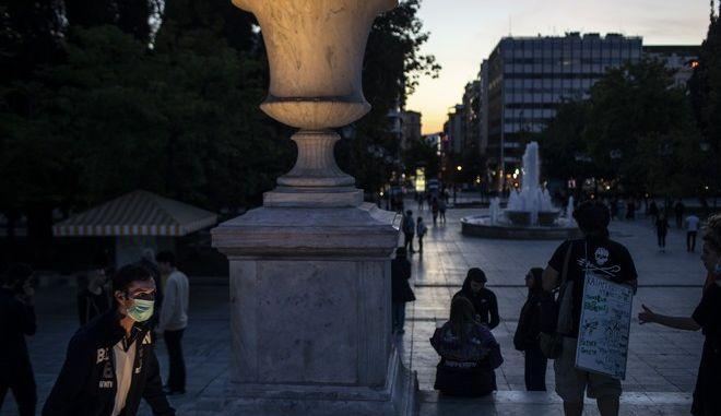 Άνδρας με μάσκα στην πλατεία Συντάγματος