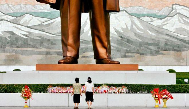 Γυναίκες ετοιμάζονται να χαιρετίσουν το άγαλμα του Κιμ Ιλ Σουνγκ στην Πιονγιανγκ
