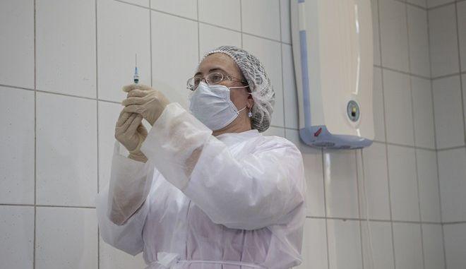 Νοσοκόμα ετοιμάζει το ρωσικό εμβόλιο Sputnik V