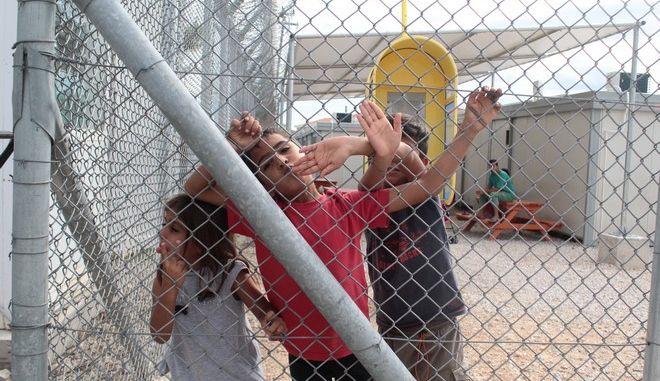 Επίσκεψη του υπουργού Προστασίας του Πολίτη Νίκου Τόσκα, μαζί με τον αναπληρωτή γενικό γραμματέα, αρμόδιο για θέματα μετανάστευσης, Τζανέτο Φιλιππάκο,  στο νέο χώρο για την προσωρινή φιλοξενία οικογενειών προσφύγων-μεταναστών που επιθυμούν να επιστρέψουν οικειοθελώς στις χώρες καταγωγής τους, στην Αμυγδαλέζα. Ο συγκεκριμένος χώρος θα λειτουργεί ως κλειστή δομή και κέντρο κράτησης, καθώς έτσι προβλέπεται από τους κανονισμούς για την συγκεκριμένη διαδικασία, αλλά η παραμονή των προσφύγων- μεταναστών δεν θα ξεπερνά τις 10 μέρες περίπου. (EUROKINISSI/ΣΤΕΛΙΟΣ ΣΤΕΦΑΝΟΥ)