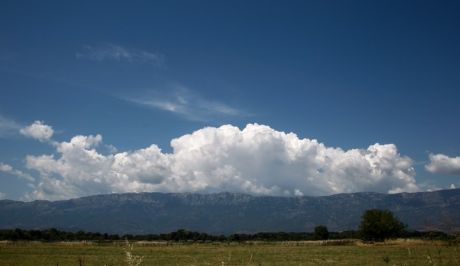 Σύννεφα πάνω από την οροσειρά του Κόζιακα στο νομό Τρικάλων