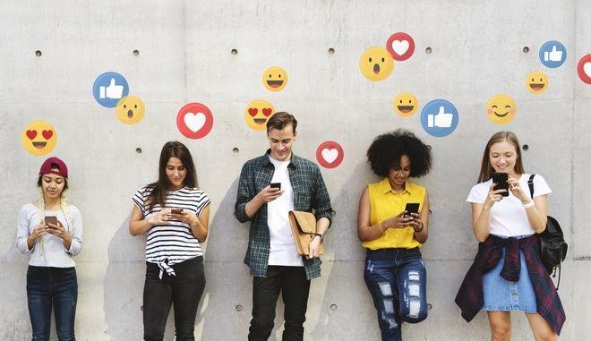 Έφηβοι κάνουν χρήση των social media μέσω των κινητών τους