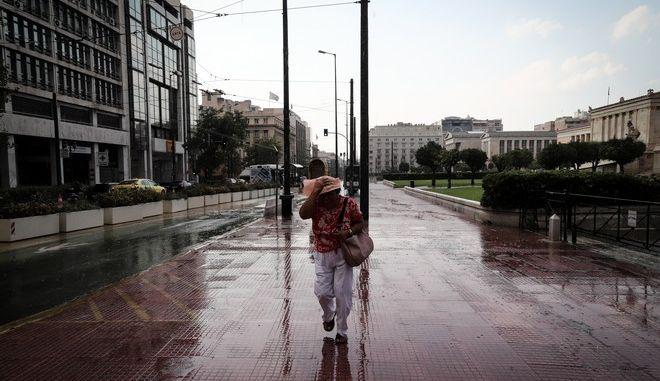Καλοκαιρινή μπόρα στο κέντρο της Αθήνας