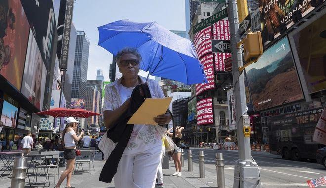 Γυναίκα κρατά ομπρέλα στη Νέα Υόρκη