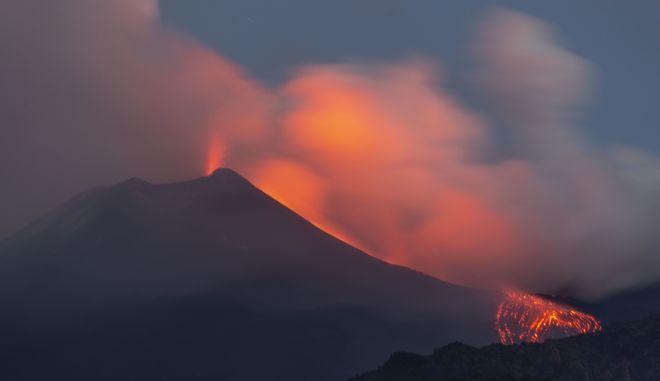 """Το ηφαίστειο Αίτνα στις ακτές της Σικελίας """"βρυχήθηκε"""" ξανά τον Αύγουστο"""