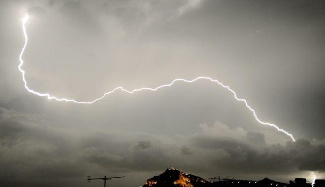 Αστραπές και σύννεφα καταιγιδας από την Αθήνα