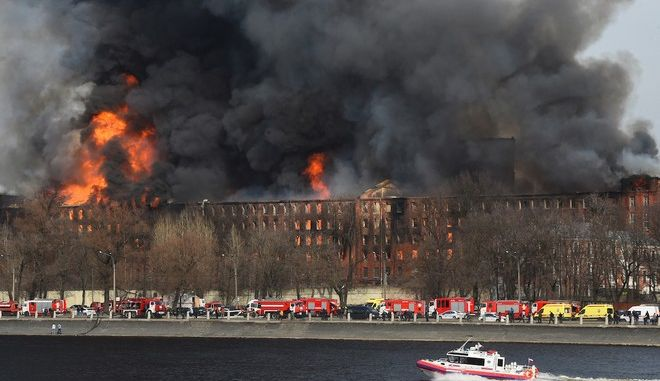 Ρωσία: Νεκρός και τραυματίες σε τεράστια φωτιά ιστορικού εργοστασίου