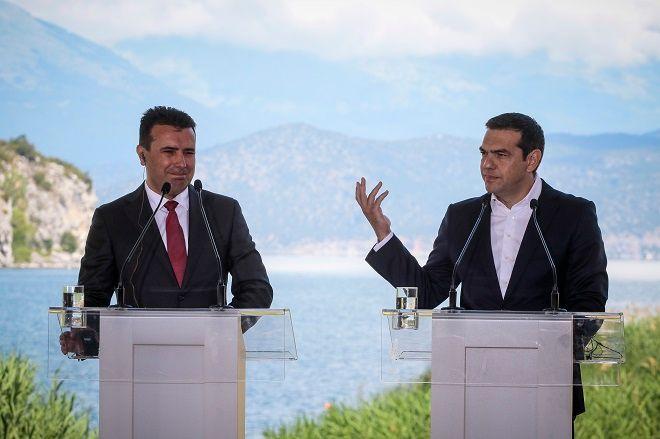 Υπογραφή της συμφωνίας για την ονομασία της πΓΔΜ από τους Υπουργούς Εξωτερικών της Ελλάδας και της πΓΔΜ, Νίκο Κοτζιά και Νικολά Ντιμιτρόφ και τον Ειδικό Διαμεσολαβητή του ΟΗΕ, Μάθιου Νίμιτς, την Κυριακή 17 Ιουνίου 2018.