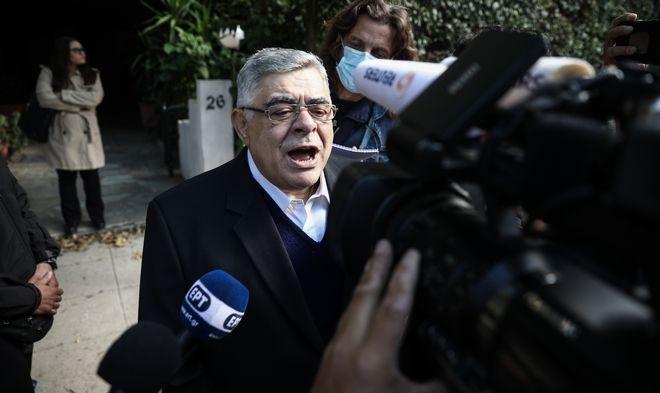 Ο Νίκος Μιχαλολιάκος κάνει δηλώσεις έξω από το σπίτι του, ενόψει της φυλάκισής του