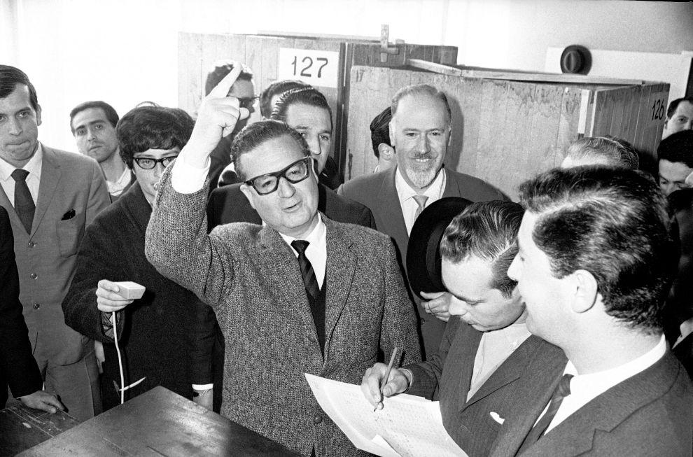 Ο Σαλβαδόρ Αλιέντε ψηφίζει στις προεδρικές εκλογές του 1964.