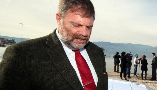 Ο πρέσβης της Γερμανίας Wolfgang Dold - ΦΩΤΟΓΡΑΦΙA ΑΡΧΕΙΟΥ 29/11/2013 ΣΤΟ ΝΑΥΠΛΙΟ.(eurokinissi Βασίλης Παπαδόπουλος) ΝΑΥΠΛΙΟ-Ο πρέσβης της Γερμανίας στην Ελλάδα, Wolfgang Dold επισκέφτηκε την πόλη του Ναυπλίου συνοδευόμενος από τον περιφερειάρχη Πελοποννήσου Πέτρο Τατούλη στα πλαίσια της διήμερης επίσημης επίσκεψης που πραγματοποιεί  στην Περιφέρεια Πελοποννήσου. Στο Ναύπλιο ο κ. Πρέσβης ξεναγήθηκε στο χώρο που θα γίνει η μαρίνα του λιμανιού, επισκέφτηκε το λαογραφικό μουσείο της πόλης και ενημερώθηκε για τα έργα που γίνονται στην Αργολίδα και την οικονομική δυνατότητα ανάπτυξης που έχουν οι επιχειρήσεις του νομού από τον αντιπεριφερειάρχη Αργολίδας Τ. Χειβιδόπουλο, τον  θεματικό αντιπεριφερειάρχη Α. Πουλά και τον δήμαρχο Ναυπλίου Δ. Κωστούρο.(eurokinissi Βασίλης Παπαδόπουλος)