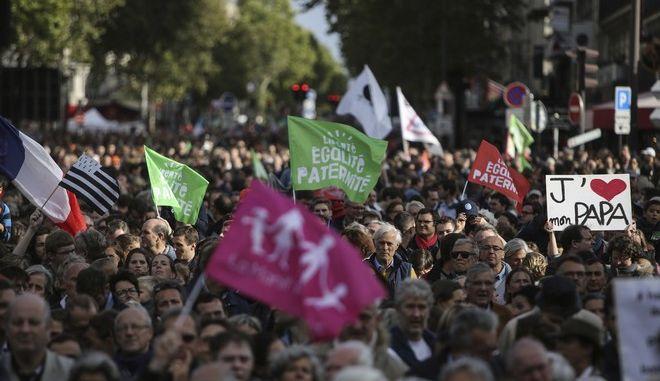 Εικόνα από τη διαδήλωση στο Παρίσι κατά της εξωσωματικής γονιμοποίησης σε λεσβίες και γυναίκες χωρίς σύντροφο