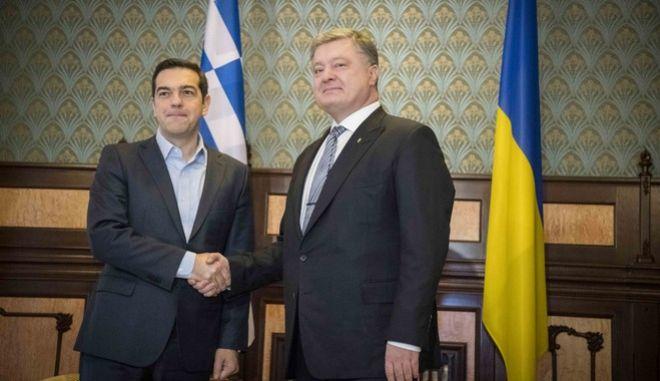 Τσίπρας σε Ποροσένκο: Η Ελλάδα σέβεται την εδαφική ακεραιότητα της Ουκρανίας