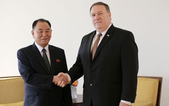 Ο Κιμ Γιονγκ Τζολ, πρώην επικεφαλής των μυστικών υπηρεσιών και αντιπρόεδρος στην ΚΕ του κόμματος στη Βόρεια Κορέα σε μια ιστορική χειραψία με τον Αμερικανό υπουργό εξωτερικών Μάικ Πομπέο στη Νέα Υόρκη