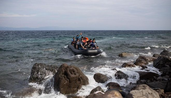 Refugees and migrants arrive by boat on the Greek island of Lesbos after crossing the Aegean sea from Turkey, in Lesbos, on October 8, 2015 /                  ,  ,  8 , 2015