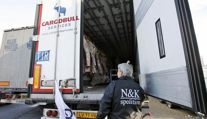 Ένας οδηγός ελέγχει το φορτίο του κρέατος που προέρχεται από τη Δανία