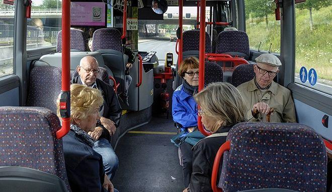 Έρευνα εξηγεί, γιατί δεν πρέπει να δίνετε τη θέση σας σε ηλικιωμένους στα μέσα μεταφοράς