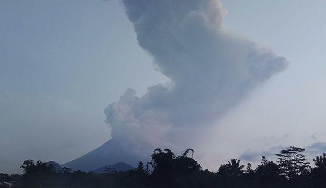 Το ηφαίστειο Merapi εκχέει ηφαιστειακό υλικό  την Τρίτη 3 Μαρτίου 2020