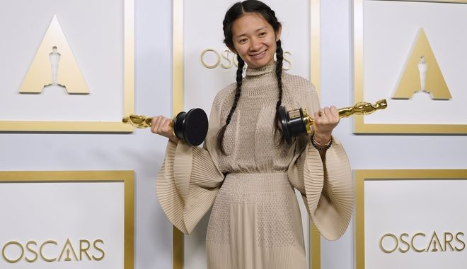 """Η σκηνοθέτις Chloe Zhao απέσπασε για την ταινία της """"Nomadland"""" τα Όσκαρ καλύτερης ταινίας και σκηνοθεσίας"""