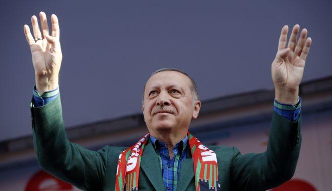 Ο πρόεδρος της Τουρκίας και ηγέτης του Κόμματος Δικαιοσύνης και Ανάπτυξης σε προεκλογική του ομιλία στο Ντιγιάρμπακιρ