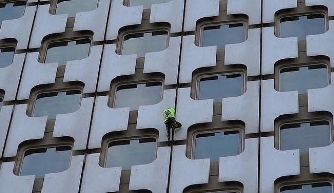"""Αλέν Ρομπέρ: Ο Γάλλος Spiderman """"ξαναχτυπά"""" σε ουρανοξύστη του Παρισιού"""