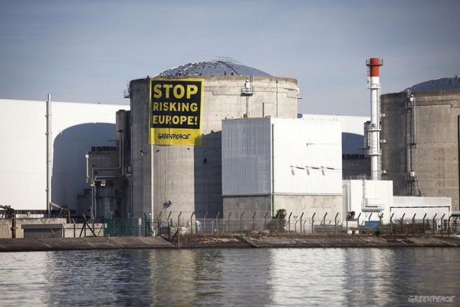 About 60 Greenpeace activists from 14 countries protest this morning at Fessenheim (France) against the risk caused by ageing nuclear power plants in Europe. The activists from several European countries (France, Germany, Belgium, the Netherlands, Italy, Switzerland, Poland, Czech Republic, Sweden, Slovenia and Austria) and non-European countries (Australia, Turkey and Israel) have unfurled a banner next to reactor n1 with the message