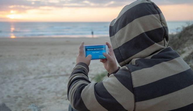 Παριστάνοντας τον έμπορο ναρκωτικών στο Γιβραλτάρ - Το νέο παιχνίδι της νεολαίας στο κινητό