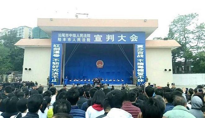 Κίνα: Χιλιάδες κόσμου παρακολούθησε δημόσια καταδίκη σε θάνατο
