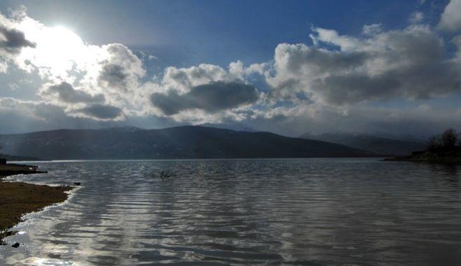 Σύννεφα πάνω από την λίμνη Πλαστήρα με φόντο τις κορυφές των Αγράφων