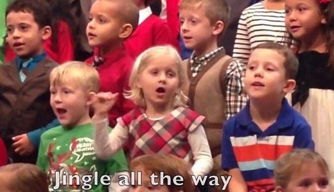Βίντεο που λιώνει καρδιές: 5χρονη τραγουδά στη νοηματική για τους κωφούς γονείς της