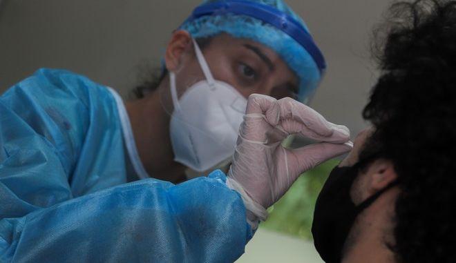 Τεστ κορονοϊού από Κινητές Ομάδες Υγείας (ΚΟΜΥ) στην πλατεία Κουμουνδούρου.