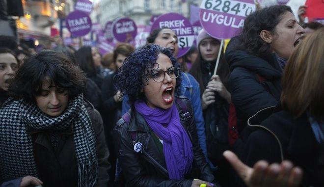 Καρέ από διαδήλωση για τη βία κατά των γυναικών στην Τουρκία το 2018